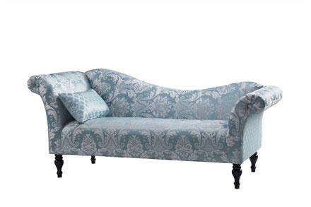 最新的一款贵妃位。全实木内架结构,面料是时下流行的印花绸缎布,搭配一个小腰枕,可拆的黑色油漆脚。