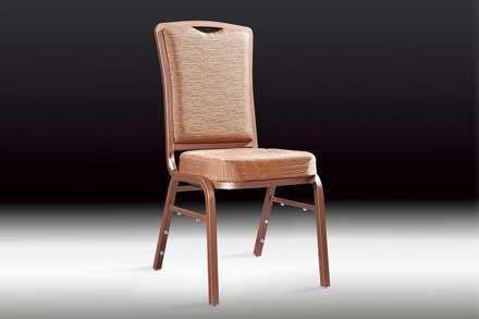 采用铝合金框架,表面高温烤漆,靠背特有摇背功能,能减少客户长时间坐而产生的疲惫,定型海绵,结构耐用,能叠放储存。