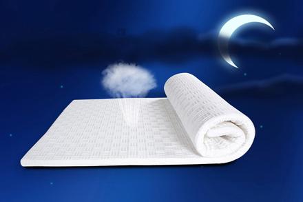 """功能: 1、提供""""睡眠大升级"""", 实现""""易眠+""""的新睡眠时代。 如:易眠薄垫+硬板床,易眠薄垫+椰棕床,易眠薄垫+弹簧床 2、太空记忆棉特有的微型透气孔结构,能促进床垫内外空气互换,从而提升床垫的透气性以及舒适度。 3、保护脊椎,提高睡眠质量。 4、方便收纳,节省空间。"""