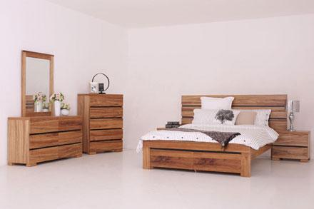 采用澳大利亚进口木材Blackwood为主要材料,该卧房包括床,两个床头柜,斗柜,梳妆台,搭配黑色线条更显得时尚简约,给人一种温馨感觉。