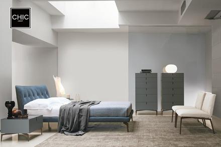 这款名为Arca的床,由意大利本土的极简主义大师 Giuseppe Bavuso 执笔设计。手工布艺拉扣Capitonne床头设计,表面凹凸有致,增添迷人的视觉感官。四爪不锈钢外镀青铜漆脚架,散发着轻工业的艺术魅力。柔软又坚固的材质,使其成为现代时尚居室的首选。