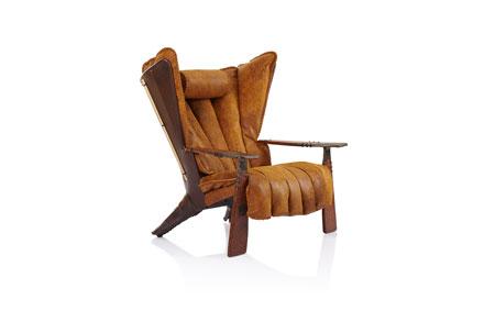 Verite的设计灵感源自于在帝王谷中被发现的法老的宝藏。惊艳的青铜铸造和精心打磨的棕榈木组合令古埃及工艺品的特点得以复苏。豪华感和舒适感一样的以重视,座垫里含有来自于新西兰的羽绒和乳胶。座椅由浮动平台来支撑,就像豪华房车里的座椅一样。选用上等的天然材料手工制作而成,座椅臂由阿拉伯青铜和斐济棕榈木精心组合而成。椅子由2.5毫米厚的意大利全粒面真皮装潢而成。