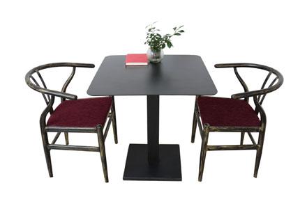 这款御典餐桌椅组合 餐桌采用铸铁金属架+康倍特板桌面;餐椅采用环形靠背金属架+枣木纹饰面+海绵座垫;整套餐桌椅组合具有流线型造型,极具典雅、古朴、舒适、尊贵的质感,是一款让人一见倾心的佳作。