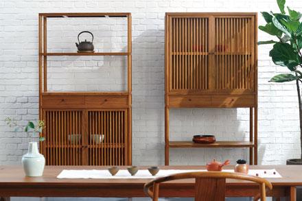 材料:柚木 尺寸:(长900,宽430,高1800)mm X 2 六合柜,由四个柜体和两个抽屉组成。可高可矮,可对称可不同,茶柜、餐边柜、储物柜随心所欲,用模块化的结构设计,满足不同喜好、使用方式、空间条件的布局诉求。将传统榫卯结构灵活设计,不仅解决拆装需求,更赋予现代工业气质。同时,考虑到实木家具不可避免受到温度和湿度的影响变化,如何实现部件之间工整咬合,是六合柜严谨的工艺体现。